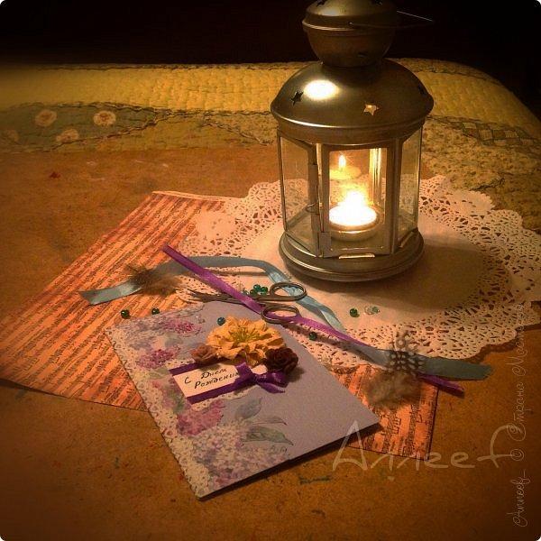 """Под тёплым светом фонаря открытка, заказанная зимой, оказалась ещё атмосфернее. Зря женщина, сидящая на кассе выпучила глаза, когда я протянула ей бумагу сиреневого цвета. """"Зима же"""",- пояснила она тут же, но я была поглощена идеей """"весеннего островка"""", никак не зависящего от внешнего мира. Заказчица просила только одного: открытка должна была быть достаточно большой по размеру, я добавила к этому лёгкую таинственность и весенние тона.  фото 1"""