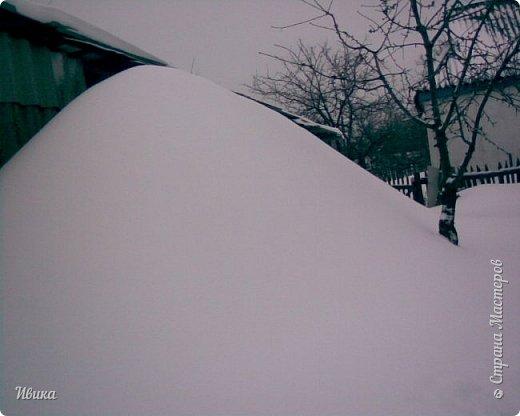 """Город в котором я живу называется красиво так - СнЕжное! И он полностью оправдывает своё название. Как я писала в одном из комментариев, если в соседних городах и сёлах снегом припорошило землю, то у нас насыпало по щиколотку. У соседей по щиколотку - у нас по коленку... А бывает и так, что у нас снега, как говорил Матроскин, """"завались"""", в соседних городах ни снежинки! И когда к нам едут в гости, просим учитывать, что у нас полным-полно снега и мороз. Все улыбаются и хихикают (те, кто едет к нам впервые). Мол """"Какой такой снег?!"""" И оооочччееень удивляются, когда видят сугробы по самую крышу! А ведь в каких-то десяти км от города снега нет и в помине! Так, слегка, кое-где и еле-еле заметно.  Фото прошлой зимы. Январь 30, 31 и начало февраля.  фото 31"""
