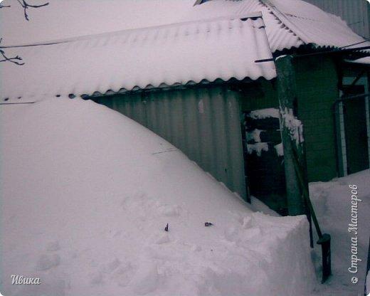 """Город в котором я живу называется красиво так - СнЕжное! И он полностью оправдывает своё название. Как я писала в одном из комментариев, если в соседних городах и сёлах снегом припорошило землю, то у нас насыпало по щиколотку. У соседей по щиколотку - у нас по коленку... А бывает и так, что у нас снега, как говорил Матроскин, """"завались"""", в соседних городах ни снежинки! И когда к нам едут в гости, просим учитывать, что у нас полным-полно снега и мороз. Все улыбаются и хихикают (те, кто едет к нам впервые). Мол """"Какой такой снег?!"""" И оооочччееень удивляются, когда видят сугробы по самую крышу! А ведь в каких-то десяти км от города снега нет и в помине! Так, слегка, кое-где и еле-еле заметно.  Фото прошлой зимы. Январь 30, 31 и начало февраля.  фото 32"""