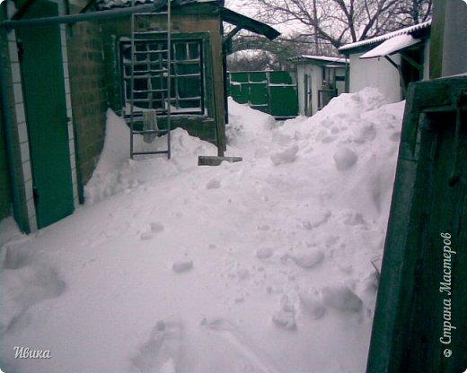 """Город в котором я живу называется красиво так - СнЕжное! И он полностью оправдывает своё название. Как я писала в одном из комментариев, если в соседних городах и сёлах снегом припорошило землю, то у нас насыпало по щиколотку. У соседей по щиколотку - у нас по коленку... А бывает и так, что у нас снега, как говорил Матроскин, """"завались"""", в соседних городах ни снежинки! И когда к нам едут в гости, просим учитывать, что у нас полным-полно снега и мороз. Все улыбаются и хихикают (те, кто едет к нам впервые). Мол """"Какой такой снег?!"""" И оооочччееень удивляются, когда видят сугробы по самую крышу! А ведь в каких-то десяти км от города снега нет и в помине! Так, слегка, кое-где и еле-еле заметно.  Фото прошлой зимы. Январь 30, 31 и начало февраля.  фото 33"""