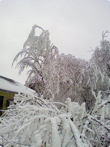 """Город в котором я живу называется красиво так - СнЕжное! И он полностью оправдывает своё название. Как я писала в одном из комментариев, если в соседних городах и сёлах снегом припорошило землю, то у нас насыпало по щиколотку. У соседей по щиколотку - у нас по коленку... А бывает и так, что у нас снега, как говорил Матроскин, """"завались"""", в соседних городах ни снежинки! И когда к нам едут в гости, просим учитывать, что у нас полным-полно снега и мороз. Все улыбаются и хихикают (те, кто едет к нам впервые). Мол """"Какой такой снег?!"""" И оооочччееень удивляются, когда видят сугробы по самую крышу! А ведь в каких-то десяти км от города снега нет и в помине! Так, слегка, кое-где и еле-еле заметно.  Фото прошлой зимы. Январь 30, 31 и начало февраля.  фото 12"""