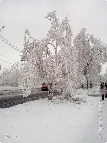 """Город в котором я живу называется красиво так - СнЕжное! И он полностью оправдывает своё название. Как я писала в одном из комментариев, если в соседних городах и сёлах снегом припорошило землю, то у нас насыпало по щиколотку. У соседей по щиколотку - у нас по коленку... А бывает и так, что у нас снега, как говорил Матроскин, """"завались"""", в соседних городах ни снежинки! И когда к нам едут в гости, просим учитывать, что у нас полным-полно снега и мороз. Все улыбаются и хихикают (те, кто едет к нам впервые). Мол """"Какой такой снег?!"""" И оооочччееень удивляются, когда видят сугробы по самую крышу! А ведь в каких-то десяти км от города снега нет и в помине! Так, слегка, кое-где и еле-еле заметно.  Фото прошлой зимы. Январь 30, 31 и начало февраля.  фото 14"""