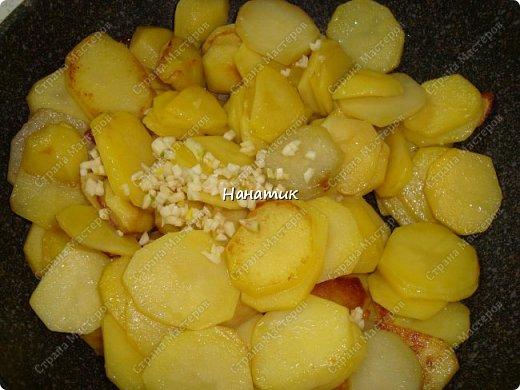 Этот рецепт нашла в и-нете. Это очень-очень вкусно. Если честно, даже не ожидала, что в сливках будет так вкусно! -картофель 18шт (у меня маленький, картофелина размером с небольшое куриное яйцо) -чеснок 4 зубчика -растит.масло для жарки -соль по вкусу -грибы шампиньоны большая банка (не маринованные) -петрушка 30г -сливки жидкие (жирность 10%) 300мл  фото 3