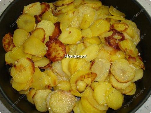 Этот рецепт нашла в и-нете. Это очень-очень вкусно. Если честно, даже не ожидала, что в сливках будет так вкусно! -картофель 18шт (у меня маленький, картофелина размером с небольшое куриное яйцо) -чеснок 4 зубчика -растит.масло для жарки -соль по вкусу -грибы шампиньоны большая банка (не маринованные) -петрушка 30г -сливки жидкие (жирность 10%) 300мл  фото 4