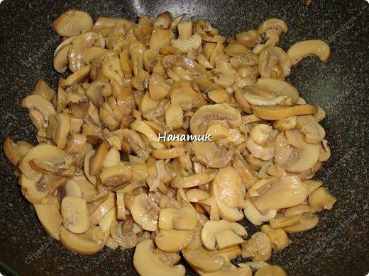 Этот рецепт нашла в и-нете. Это очень-очень вкусно. Если честно, даже не ожидала, что в сливках будет так вкусно! -картофель 18шт (у меня маленький, картофелина размером с небольшое куриное яйцо) -чеснок 4 зубчика -растит.масло для жарки -соль по вкусу -грибы шампиньоны большая банка (не маринованные) -петрушка 30г -сливки жидкие (жирность 10%) 300мл  фото 5