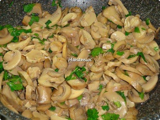 Этот рецепт нашла в и-нете. Это очень-очень вкусно. Если честно, даже не ожидала, что в сливках будет так вкусно! -картофель 18шт (у меня маленький, картофелина размером с небольшое куриное яйцо) -чеснок 4 зубчика -растит.масло для жарки -соль по вкусу -грибы шампиньоны большая банка (не маринованные) -петрушка 30г -сливки жидкие (жирность 10%) 300мл  фото 6