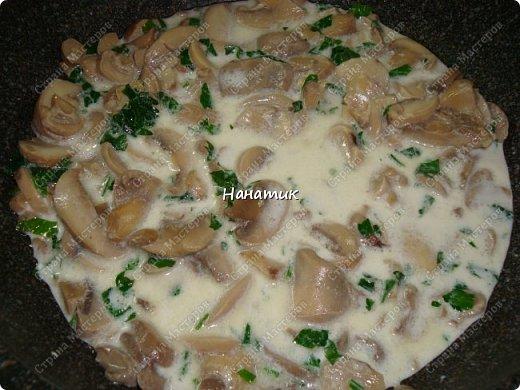 Этот рецепт нашла в и-нете. Это очень-очень вкусно. Если честно, даже не ожидала, что в сливках будет так вкусно! -картофель 18шт (у меня маленький, картофелина размером с небольшое куриное яйцо) -чеснок 4 зубчика -растит.масло для жарки -соль по вкусу -грибы шампиньоны большая банка (не маринованные) -петрушка 30г -сливки жидкие (жирность 10%) 300мл  фото 7