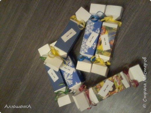 Вот такие упаковочки для конфет мы с сыном сделали перед его день рождения. А потом он отнес их в школу и подарил деткам)))) фото 1