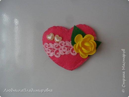 Валентинка-магнит В основе изделия фетр жесткий. Внутри сердечка синтепон, обшит нитками обычными. Цветочек из фома, лепестки из того же фетра жесткого. Ну а все остальное и само  видно, декоративная тесьма, полубусинки (кабашончики) фото 1