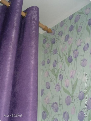 Прошел почти год с моего подвига- первое шитье штор на люверсах( http://stranamasterov.ru/node/926180) и вот опять свершилось: сшила в спальню шторы на люверсах и покрывало на кровать. И не так долог был процесс шитья, как поиски ткани в тон моим сиреневым тюльпанам. Шторы пошились быстро, уже без страха и сомнений. А вот с покрывалом поигралась: пришлось носить его из комнаты в комнату, расстилать на полу, потом нести к машинке...На подклад использовала термостежку. Спасибо большое Светлане Хачиной за ее МК (http://stranamasterov.ru/node/865286?c=favorite), очень вовремя увидела и очень пригодился для красивого оформления углов. Стежка не идеальная, но слишком уж большая площадь для первого раза. Так что я теперь в красоте, чего и всем желаю. Это я про то, что руки у нас всех растут правильно и мы всему учимся... фото 2
