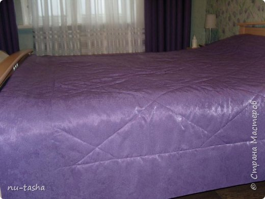Прошел почти год с моего подвига- первое шитье штор на люверсах( http://stranamasterov.ru/node/926180) и вот опять свершилось: сшила в спальню шторы на люверсах и покрывало на кровать. И не так долог был процесс шитья, как поиски ткани в тон моим сиреневым тюльпанам. Шторы пошились быстро, уже без страха и сомнений. А вот с покрывалом поигралась: пришлось носить его из комнаты в комнату, расстилать на полу, потом нести к машинке...На подклад использовала термостежку. Спасибо большое Светлане Хачиной за ее МК (http://stranamasterov.ru/node/865286?c=favorite), очень вовремя увидела и очень пригодился для красивого оформления углов. Стежка не идеальная, но слишком уж большая площадь для первого раза. Так что я теперь в красоте, чего и всем желаю. Это я про то, что руки у нас всех растут правильно и мы всему учимся... фото 4