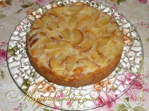 Привет ВСЕМ заглянувшим! Сегодня Вашему вниманию предлагаю рецепт  Шарлотки (от фр. Charlotte) — сладкий десерт из яблок, запечённых в тесте. Классическая шарлотка — это немецкое сладкое блюдо. Готовят ее все хозяйки и существует очень много способов приготовления. Поделюсь моим самым любимым, где я не использую соду и уксус. Вкуснее шарлотки по этому рецепту я еще не пробовала! Тесто получается как воздушный бисквит, сверху слой из печеных яблочек, что может быть вкуснее?) Приступим!