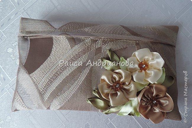 Для вышивки понадобится: атласная лента(ширина 2,5см, 1см),пуговицы или бусинки, нитки. Для клатча понадобится: основная ткань, подкладочная ткань,уплотнитель. фото 14