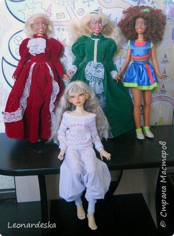 """На НГ Дед Мороз принес Ксю барби, и  неожиданно проявился интерес к кукольным нарядам) пришлось маме доставать старые журналы """"Лола""""и садиться за машинку.  Поскольку за последнее десятилетие фигурка знаменитой куклы притерпела значительные изменения первый вариант пробный из """"нежалкой"""" ткани фото 10"""