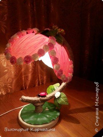 Добрый вечер! С мужем решили совместно сделать МК из старого сломанного глобуса. Разъединили глобус, из одной половины по шаблону вырезали цветок. Муж провел свет, все остальное собственно родное осталось от глобуса, далее работа была за мной.  Сам уровнитель обмотала шпагатом, т.к там находится сам провод, чтобы скрыть не красивую подставку, пришлось закрыть ее искусственным листом от лилии. фото 5