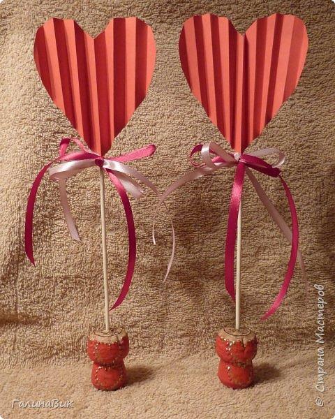Эта валентинка-сердечко сделана из бумаги, сложенной в гармошку, приклеена к шпажке и вставлена в пробку.  фото 2