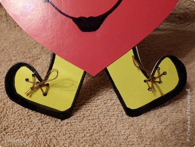 Эта валентинка-сердечко сделана из бумаги, сложенной в гармошку, приклеена к шпажке и вставлена в пробку.  фото 9
