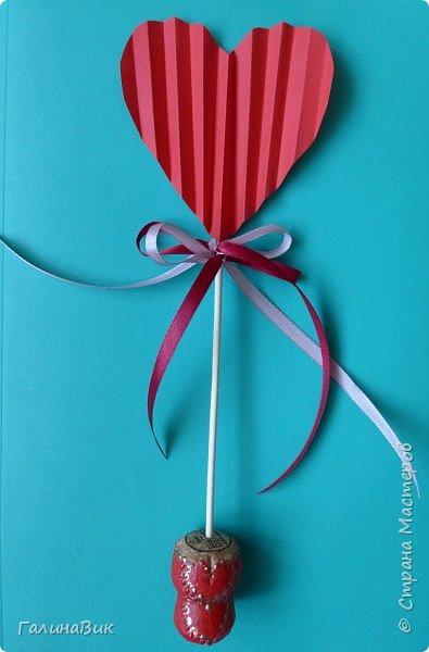Эта валентинка-сердечко сделана из бумаги, сложенной в гармошку, приклеена к шпажке и вставлена в пробку.  фото 1