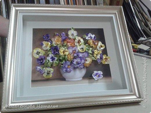 Доброго времени суток! Скоро весна-солнце запахи, трава, цветы, тепло. А пока вышиваем. Работа выполнена шелковыми лентами  размер 4,7, 12,25 мм. Ленты окрашены вручную до и после вышивки. фото 5