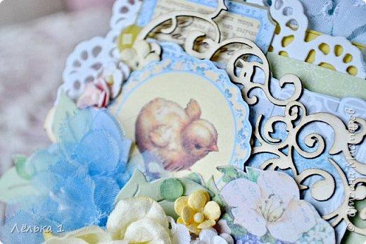 Открытка в нежных весенних оттенках с милым цыпленком. Материалы: скрап бумага, вырубка, цветы из бумаги и самодельные цветы из ткани, чипборд, х/б кружево. фото 3