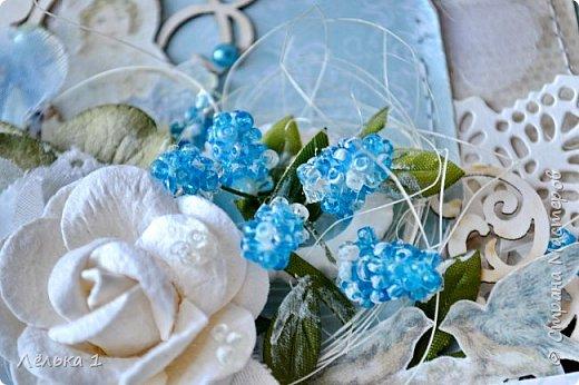 Открытка с первоцветами мускари (мышинный гиацинт), начинают нас радовать своим цветением уже в апреле))). Цветы мускари я сделала из бисера. Вот такая легкая и нежная получилась открыточка. фото 2