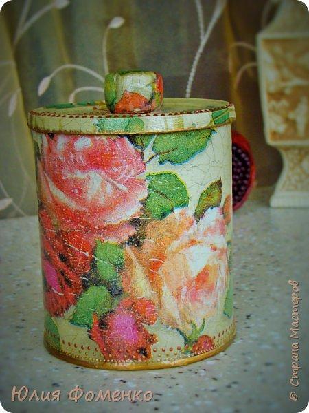 """Добрый день, дорогие Мастера! Хочу показать Вам чайную коробку, баночку и кашпо под названием, само напрашивается)), """"Чайные розы"""". Это сотрудничество! Приехала ко мне в гости племянница и привезла чайную коробку своей бабушки со словами: """"Хочу переделать!"""". Мотив она выбирала сама и, перерыв все  мои запасы, остановилась на салфетке с розами, т.к. это любимый бабушкин цветок. Поприкладывая салфетку и так и эдак, остановились на """"ромбах"""" в центре, а дальше все сложилось само)) Я показывала что и как, племянница училась быстро и в итоге, большую часть коробки она сделала сама! Всю фурнитуру оставили родную,  бархат с перегородками внутри тоже, добавилась лишь накладка.   Потом к коробке захотелось сделать ещё что-то, для компании, и подвернулась банка из-под детского питания. Получился наборчик))  А кашпо для цветка делала себе ещё раньше, из ведра из-под краски. Везде использована одна салфетка. Декупаж чайной шкатулки, банки и кашпо. фото 13"""