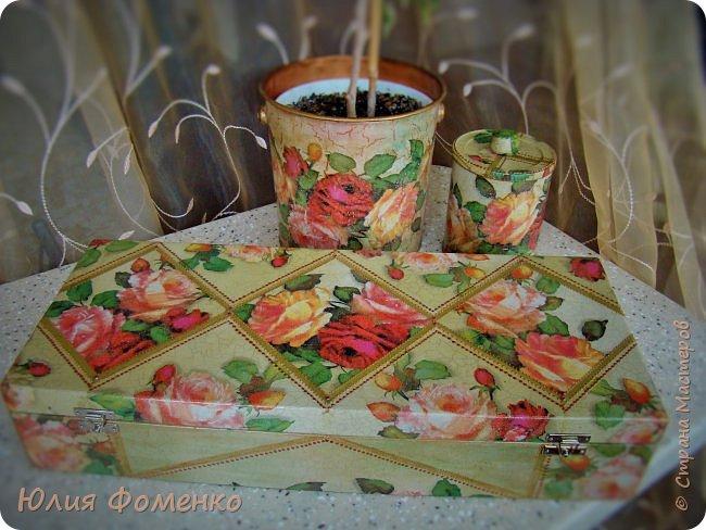 """Добрый день, дорогие Мастера! Хочу показать Вам чайную коробку, баночку и кашпо под названием, само напрашивается)), """"Чайные розы"""". Это сотрудничество! Приехала ко мне в гости племянница и привезла чайную коробку своей бабушки со словами: """"Хочу переделать!"""". Мотив она выбирала сама и, перерыв все  мои запасы, остановилась на салфетке с розами, т.к. это любимый бабушкин цветок. Поприкладывая салфетку и так и эдак, остановились на """"ромбах"""" в центре, а дальше все сложилось само)) Я показывала что и как, племянница училась быстро и в итоге, большую часть коробки она сделала сама! Всю фурнитуру оставили родную,  бархат с перегородками внутри тоже, добавилась лишь накладка.   Потом к коробке захотелось сделать ещё что-то, для компании, и подвернулась банка из-под детского питания. Получился наборчик))  А кашпо для цветка делала себе ещё раньше, из ведра из-под краски. Везде использована одна салфетка. Декупаж чайной шкатулки, банки и кашпо. фото 2"""