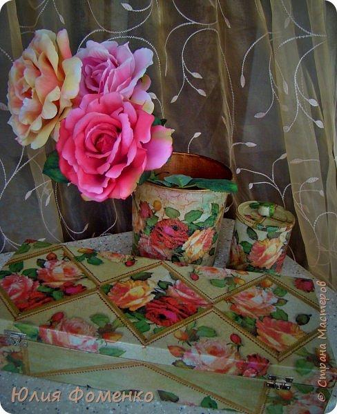 """Добрый день, дорогие Мастера! Хочу показать Вам чайную коробку, баночку и кашпо под названием, само напрашивается)), """"Чайные розы"""". Это сотрудничество! Приехала ко мне в гости племянница и привезла чайную коробку своей бабушки со словами: """"Хочу переделать!"""". Мотив она выбирала сама и, перерыв все  мои запасы, остановилась на салфетке с розами, т.к. это любимый бабушкин цветок. Поприкладывая салфетку и так и эдак, остановились на """"ромбах"""" в центре, а дальше все сложилось само)) Я показывала что и как, племянница училась быстро и в итоге, большую часть коробки она сделала сама! Всю фурнитуру оставили родную,  бархат с перегородками внутри тоже, добавилась лишь накладка.   Потом к коробке захотелось сделать ещё что-то, для компании, и подвернулась банка из-под детского питания. Получился наборчик))  А кашпо для цветка делала себе ещё раньше, из ведра из-под краски. Везде использована одна салфетка. Декупаж чайной шкатулки, банки и кашпо. фото 19"""