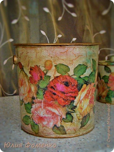 """Добрый день, дорогие Мастера! Хочу показать Вам чайную коробку, баночку и кашпо под названием, само напрашивается)), """"Чайные розы"""". Это сотрудничество! Приехала ко мне в гости племянница и привезла чайную коробку своей бабушки со словами: """"Хочу переделать!"""". Мотив она выбирала сама и, перерыв все  мои запасы, остановилась на салфетке с розами, т.к. это любимый бабушкин цветок. Поприкладывая салфетку и так и эдак, остановились на """"ромбах"""" в центре, а дальше все сложилось само)) Я показывала что и как, племянница училась быстро и в итоге, большую часть коробки она сделала сама! Всю фурнитуру оставили родную,  бархат с перегородками внутри тоже, добавилась лишь накладка.   Потом к коробке захотелось сделать ещё что-то, для компании, и подвернулась банка из-под детского питания. Получился наборчик))  А кашпо для цветка делала себе ещё раньше, из ведра из-под краски. Везде использована одна салфетка. Декупаж чайной шкатулки, банки и кашпо. фото 15"""