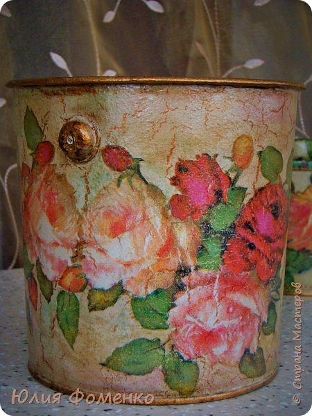 """Добрый день, дорогие Мастера! Хочу показать Вам чайную коробку, баночку и кашпо под названием, само напрашивается)), """"Чайные розы"""". Это сотрудничество! Приехала ко мне в гости племянница и привезла чайную коробку своей бабушки со словами: """"Хочу переделать!"""". Мотив она выбирала сама и, перерыв все  мои запасы, остановилась на салфетке с розами, т.к. это любимый бабушкин цветок. Поприкладывая салфетку и так и эдак, остановились на """"ромбах"""" в центре, а дальше все сложилось само)) Я показывала что и как, племянница училась быстро и в итоге, большую часть коробки она сделала сама! Всю фурнитуру оставили родную,  бархат с перегородками внутри тоже, добавилась лишь накладка.   Потом к коробке захотелось сделать ещё что-то, для компании, и подвернулась банка из-под детского питания. Получился наборчик))  А кашпо для цветка делала себе ещё раньше, из ведра из-под краски. Везде использована одна салфетка. Декупаж чайной шкатулки, банки и кашпо. фото 16"""