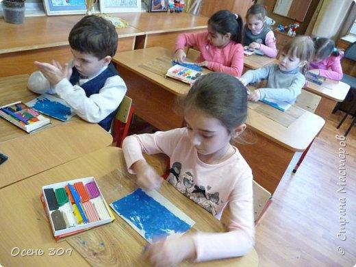 """Зимний пейзаж при помощи пластилина """"нарисовали"""" с детьми 6 лет. Размазывать пластилин пальчиками задача не из легких, но мы с ней справились. Тренировать пальчики полезно, ведь мы готовимся к школе! фото 8"""