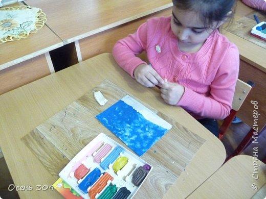 """Зимний пейзаж при помощи пластилина """"нарисовали"""" с детьми 6 лет. Размазывать пластилин пальчиками задача не из легких, но мы с ней справились. Тренировать пальчики полезно, ведь мы готовимся к школе! фото 7"""