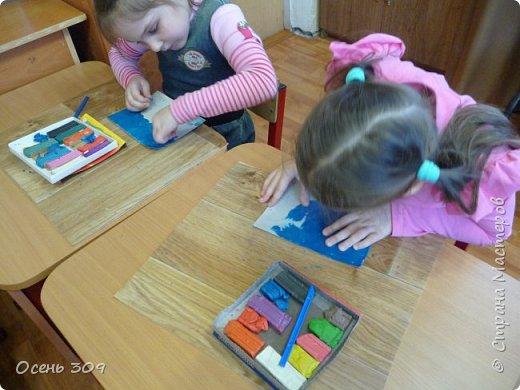 """Зимний пейзаж при помощи пластилина """"нарисовали"""" с детьми 6 лет. Размазывать пластилин пальчиками задача не из легких, но мы с ней справились. Тренировать пальчики полезно, ведь мы готовимся к школе! фото 6"""