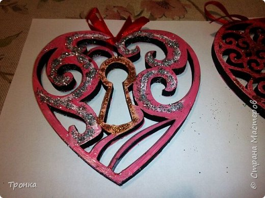Небольшие сувенирчики к Дню Святого Валентина. Взяла высечки из фанеры и добавила им радости. Получилось быстро, весело и неординарно. фото 4