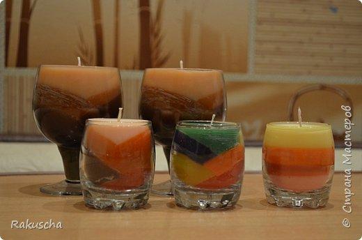Здравствуйте! Посмотрела я на работы мастериц  сайта и самой захотелось  создать что-нибудь красивое и необычное, что радовало бы  и глаза, и душу.  А так как дома нашлось немалое количество старых свечей и остатков от них, то решено было мастерить свечи в стаканах.  Вдохновили меня мастер-классы от Елена 161 http://stranamasterov.ru/node/438788 и tatjana04ka http://stranamasterov.ru/node/750259. Только решила слои окрашенного парафина  заливать под наклоном (может, идея и не новая, но я делала впервые). И вот что получилось фото 1