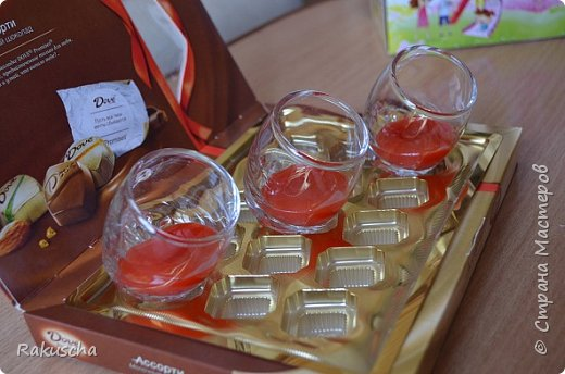 Здравствуйте! Посмотрела я на работы мастериц  сайта и самой захотелось  создать что-нибудь красивое и необычное, что радовало бы  и глаза, и душу.  А так как дома нашлось немалое количество старых свечей и остатков от них, то решено было мастерить свечи в стаканах.  Вдохновили меня мастер-классы от Елена 161 http://stranamasterov.ru/node/438788 и tatjana04ka http://stranamasterov.ru/node/750259. Только решила слои окрашенного парафина  заливать под наклоном (может, идея и не новая, но я делала впервые). И вот что получилось фото 5