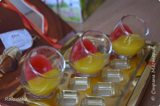Здравствуйте! Посмотрела я на работы мастериц  сайта и самой захотелось  создать что-нибудь красивое и необычное, что радовало бы  и глаза, и душу.  А так как дома нашлось немалое количество старых свечей и остатков от них, то решено было мастерить свечи в стаканах.  Вдохновили меня мастер-классы от Елена 161 http://stranamasterov.ru/node/438788 и tatjana04ka http://stranamasterov.ru/node/750259. Только решила слои окрашенного парафина  заливать под наклоном (может, идея и не новая, но я делала впервые). И вот что получилось фото 6