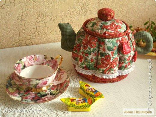 Уютный текстильный чайник  станет замечательным подарком, послужит шкатулочкой для чайных пакетов, конфеток,  бижутерии или других мелочей, а также может быть необычной упаковкой для небольшого подарка.  Высота 15см. фото 11
