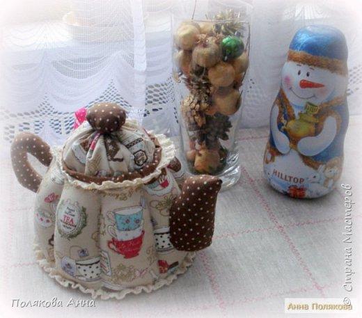 Уютный текстильный чайник  станет замечательным подарком, послужит шкатулочкой для чайных пакетов, конфеток,  бижутерии или других мелочей, а также может быть необычной упаковкой для небольшого подарка.  Высота 15см. фото 8