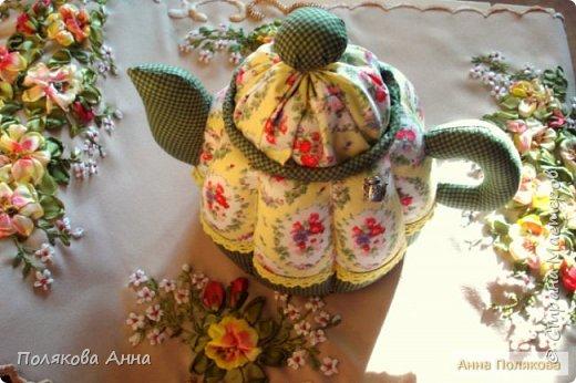 Уютный текстильный чайник  станет замечательным подарком, послужит шкатулочкой для чайных пакетов, конфеток,  бижутерии или других мелочей, а также может быть необычной упаковкой для небольшого подарка.  Высота 15см. фото 13