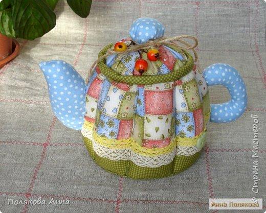 Уютный текстильный чайник  станет замечательным подарком, послужит шкатулочкой для чайных пакетов, конфеток,  бижутерии или других мелочей, а также может быть необычной упаковкой для небольшого подарка.  Высота 15см. фото 1