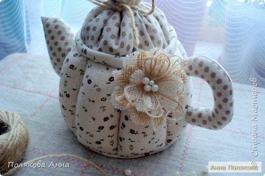 Уютный текстильный чайник  станет замечательным подарком, послужит шкатулочкой для чайных пакетов, конфеток,  бижутерии или других мелочей, а также может быть необычной упаковкой для небольшого подарка.  Высота 15см. фото 6