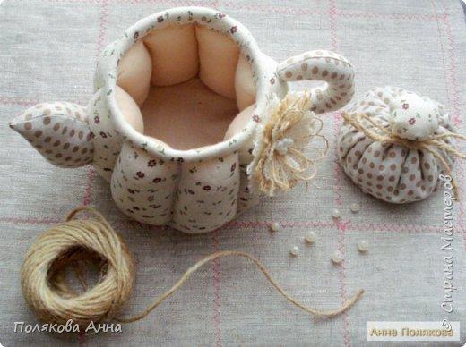 Уютный текстильный чайник  станет замечательным подарком, послужит шкатулочкой для чайных пакетов, конфеток,  бижутерии или других мелочей, а также может быть необычной упаковкой для небольшого подарка.  Высота 15см. фото 5