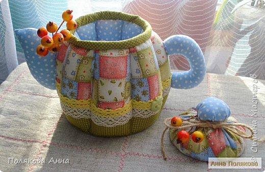 Уютный текстильный чайник  станет замечательным подарком, послужит шкатулочкой для чайных пакетов, конфеток,  бижутерии или других мелочей, а также может быть необычной упаковкой для небольшого подарка.  Высота 15см. фото 2