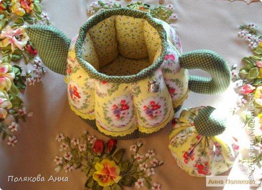 Уютный текстильный чайник  станет замечательным подарком, послужит шкатулочкой для чайных пакетов, конфеток,  бижутерии или других мелочей, а также может быть необычной упаковкой для небольшого подарка.  Высота 15см. фото 14
