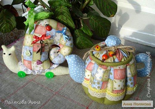 Уютный текстильный чайник  станет замечательным подарком, послужит шкатулочкой для чайных пакетов, конфеток,  бижутерии или других мелочей, а также может быть необычной упаковкой для небольшого подарка.  Высота 15см. фото 3