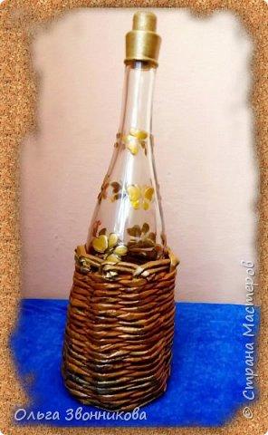 Подготовленную бутылочку обклеила яичной скорлупой и макаронными изделиями, клеем ПВА. Фрагменты салфеток оборвала по контуру руками, обработала лаком для волос, после высыхания наклеила. Свободное поле от салфеток губкой обработала золотом и покрыла лаком в 2 слоя. фото 5