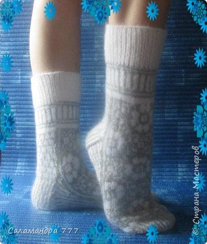Что за балерина ножку изогнула?                                                                           Это наша Катя в носочках  к нам скакнула!                                                                           Белые,нарядные,с цветочками,нежны,                                                                           Теплые, нарядные - каждому нужны!!                                                                                                                             Lorxen100 http://stranamasterov.ru/user/196285  Связала носочки с жаккардом от Drops Disign. Оригинал http://vjazhi.ru/noski-golfy/vyazanie-noskov-na-rozhdestvo-0-860-ot-drops-design.html Носочки называются Рождественские носки 0-860 от Drops Disign. фото 2