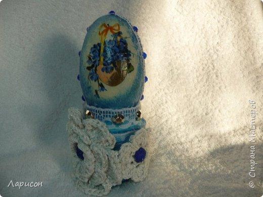 Декупаж на гусином яйце делали вместе с дочкой Лерой (10 лет) в прошлом году... обклеивали высохшей влажной салфеткой(но не очень понравилось,очень уж мохнатая пришлось долго шкурить)Подставкой послужила крышечка от Ласки, утяжелённая гипсом...Цветочки вязала  я сама , Лера пока не умеет... это было указано в МК для конкурса и всё равно заняли 2 место по городу... фото 4