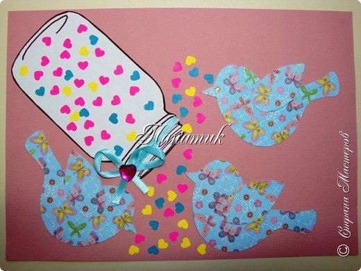 Доброй ночи! Такую аппликацию Алиночка сделала на 14 февраля. Нашли картинку баночки, распечатали и вырезала. Алина выбрала цвета для аппликации и скрапбумагу. Надыроколила разноцветных сердечек. Сделала бантик и готово)